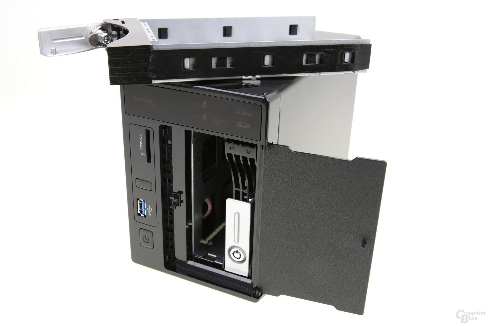 Thecus W2000+ – Die Festplatteneinschübe lassen sich leicht entfernen