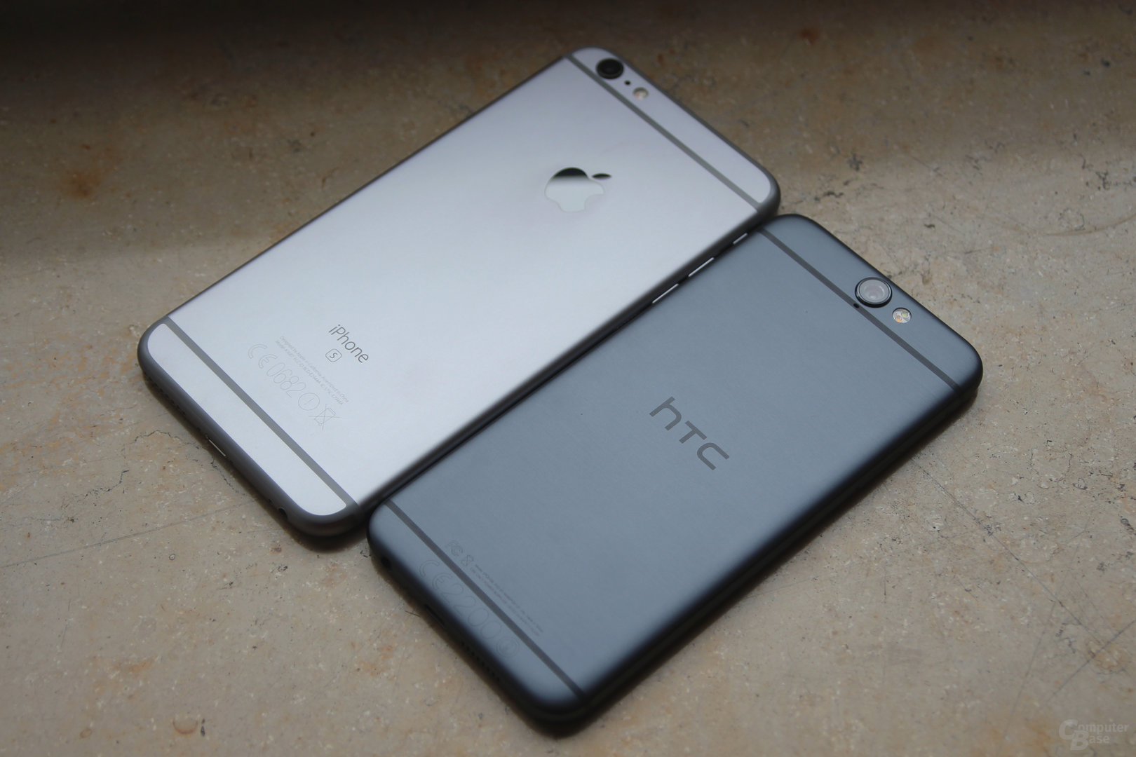 HTC One A9 neben Apple iPhone 6s Plus