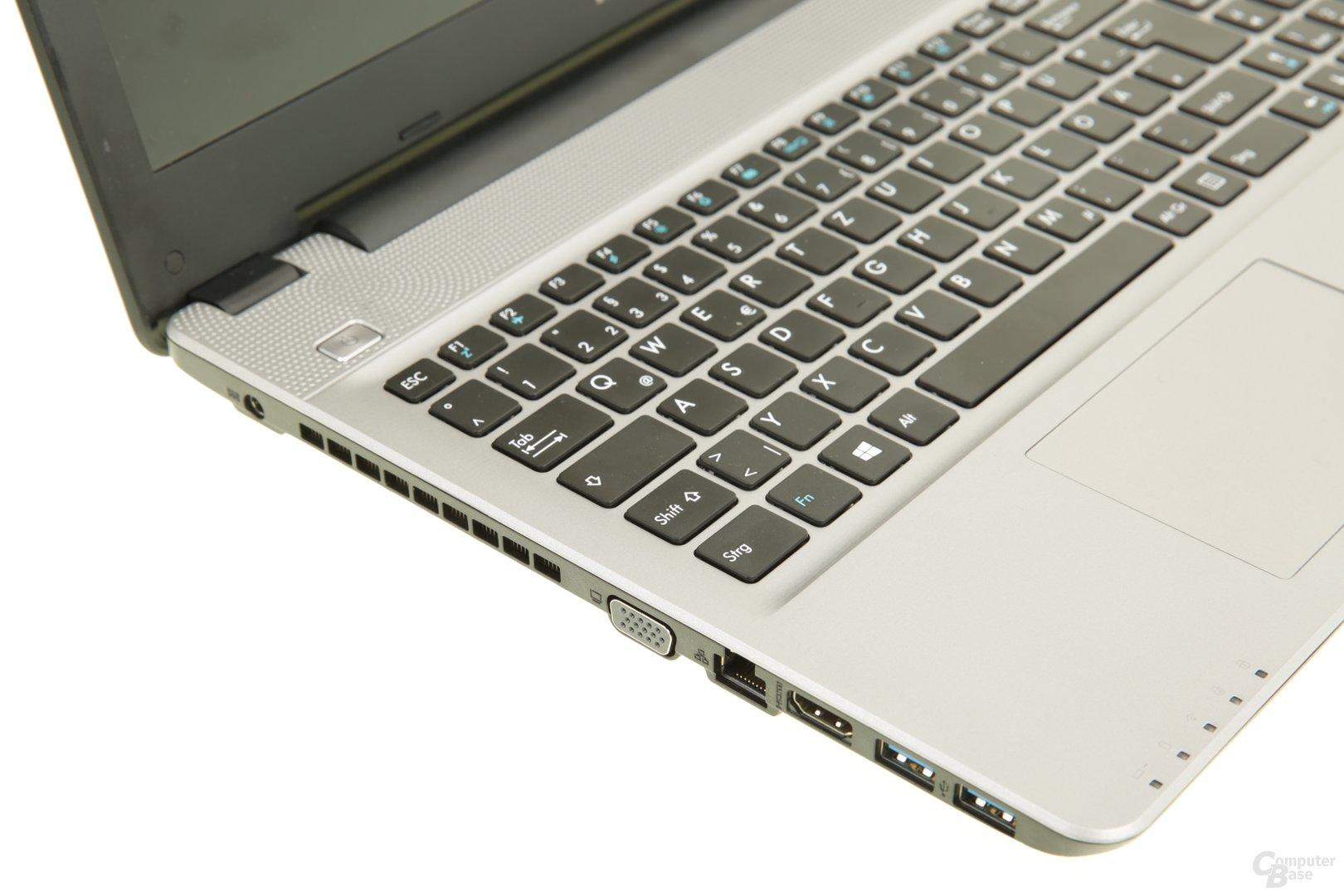 Anschlüsse links: Strom, D-Sub, Ethernet, HDMI und zwei Mal USB 3.0