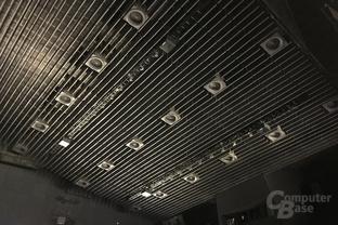 Vier zusätzliche Lautsprecher an der Decke des IMAX