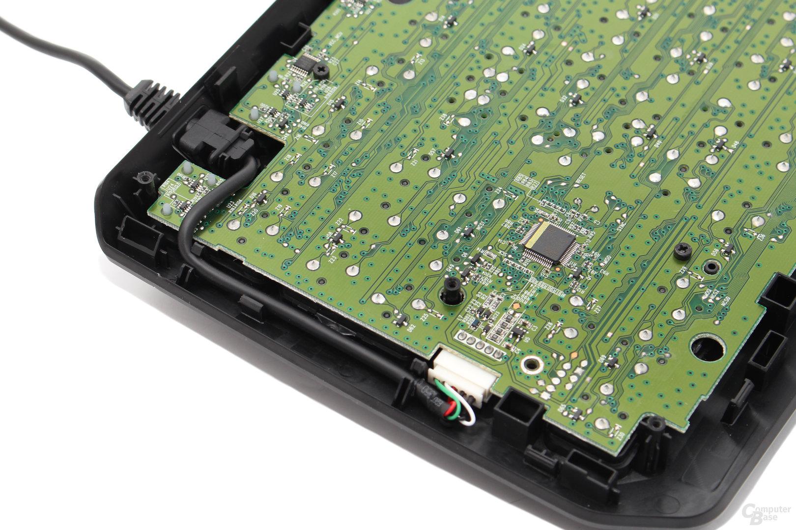 Das USB-Kabel wird sauber fixiert und entlastet