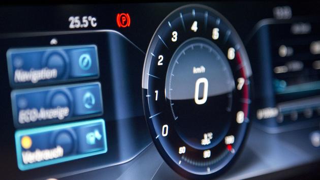 Neue E-Klasse: Zwei Displays mit FullHD und Touch am Lenkrad ausprobiert
