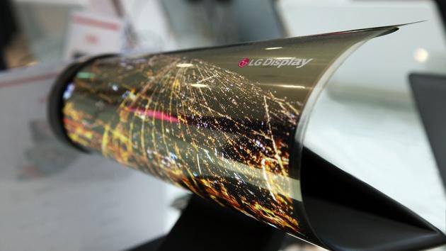 Display-Technik: LG rollt OLED-Display und zeigt 8K auf 98 und 31,5 Zoll