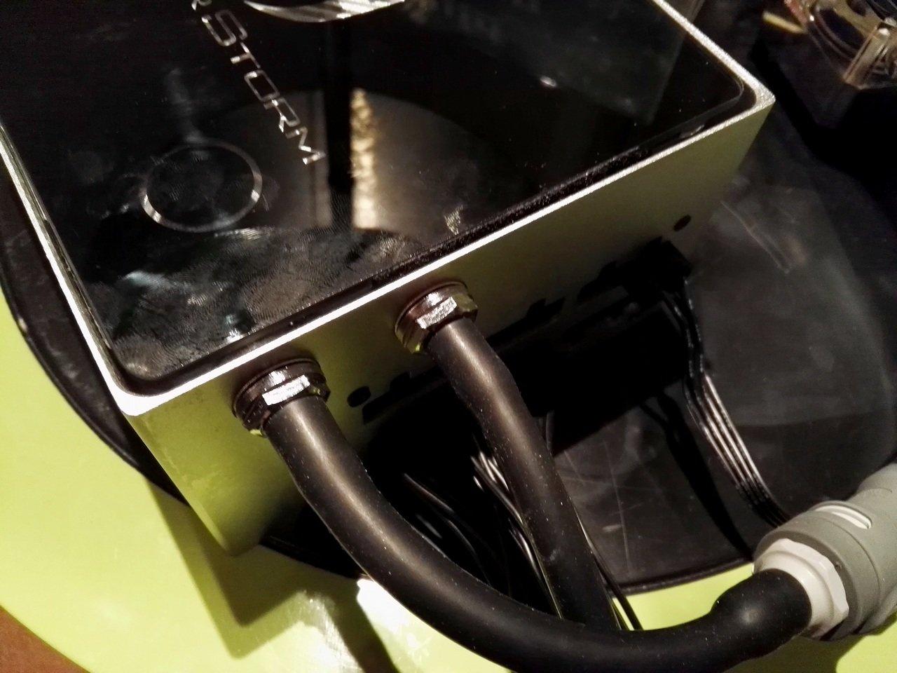 Schläuche führen zur externen Pumpe