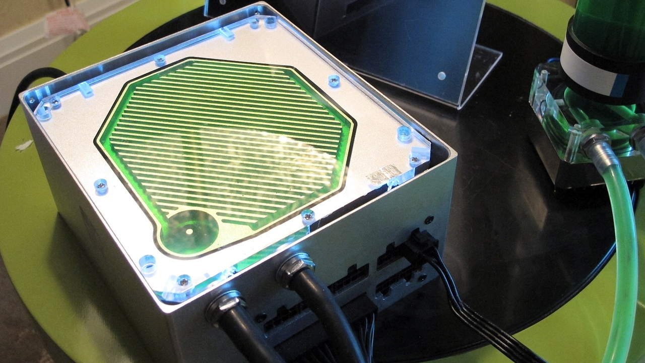 Gamer Storm: Deepcool kühlt 650-Watt-Netzteil mit Wasser