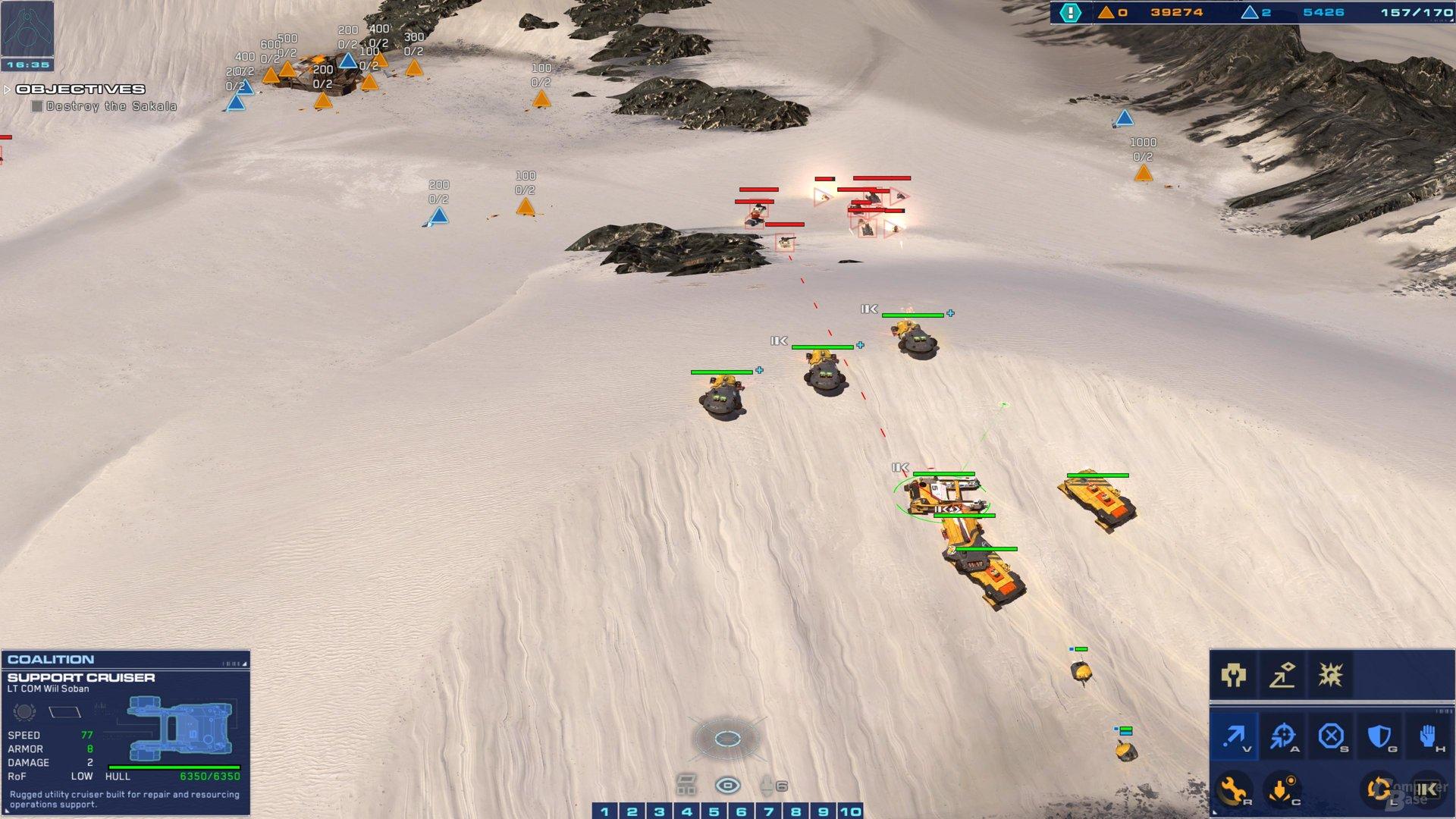 Truppen in Deckung hinter einer Düne