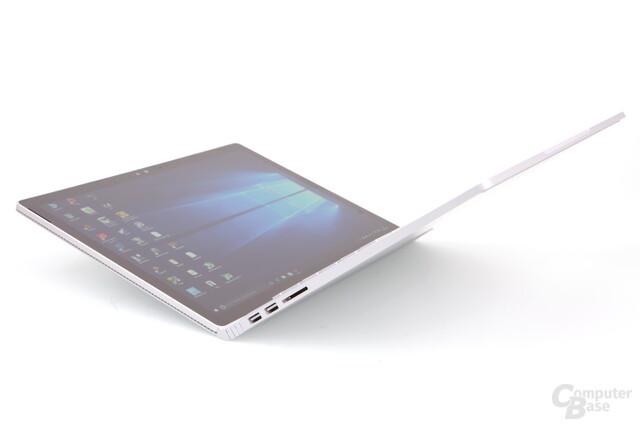Erst wenn das Surface Book so weit gekippt wird, fällt es um