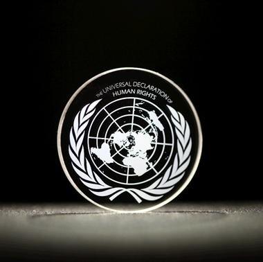 Die Deklaration der Menschenrechte auf einer 5D-Speicherscheibe
