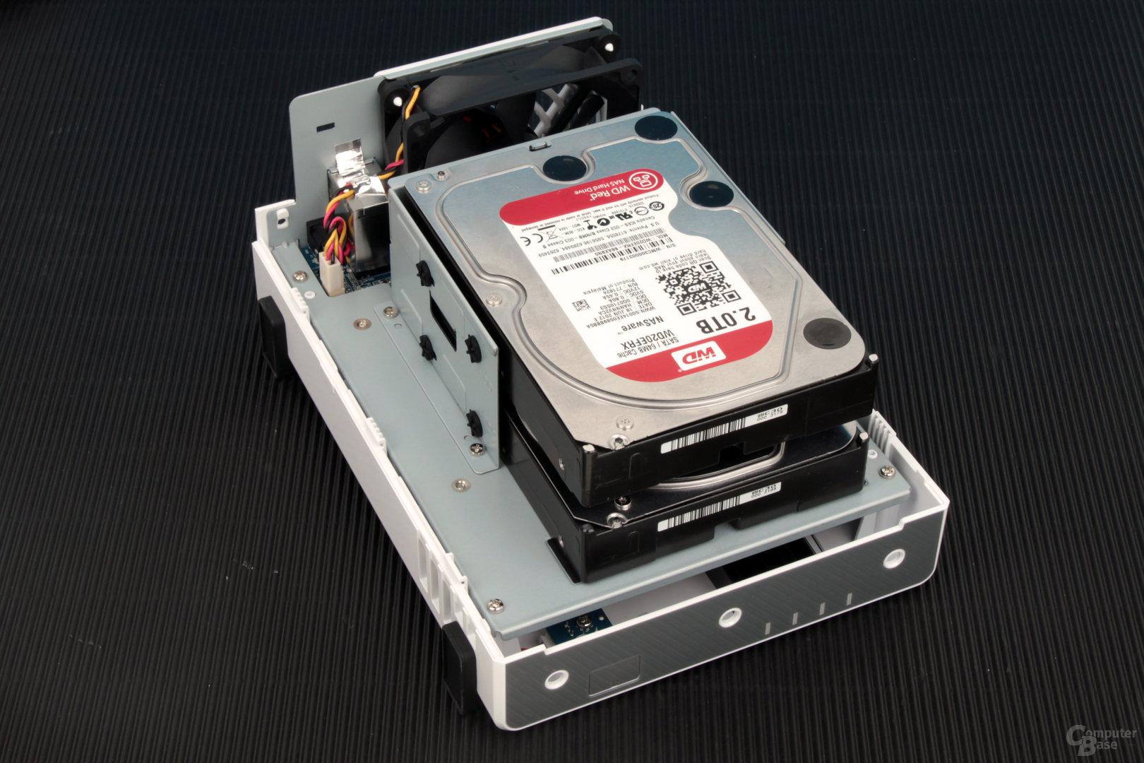 """Synology DS216j: 3,5""""-HDDs werden verschraubt"""