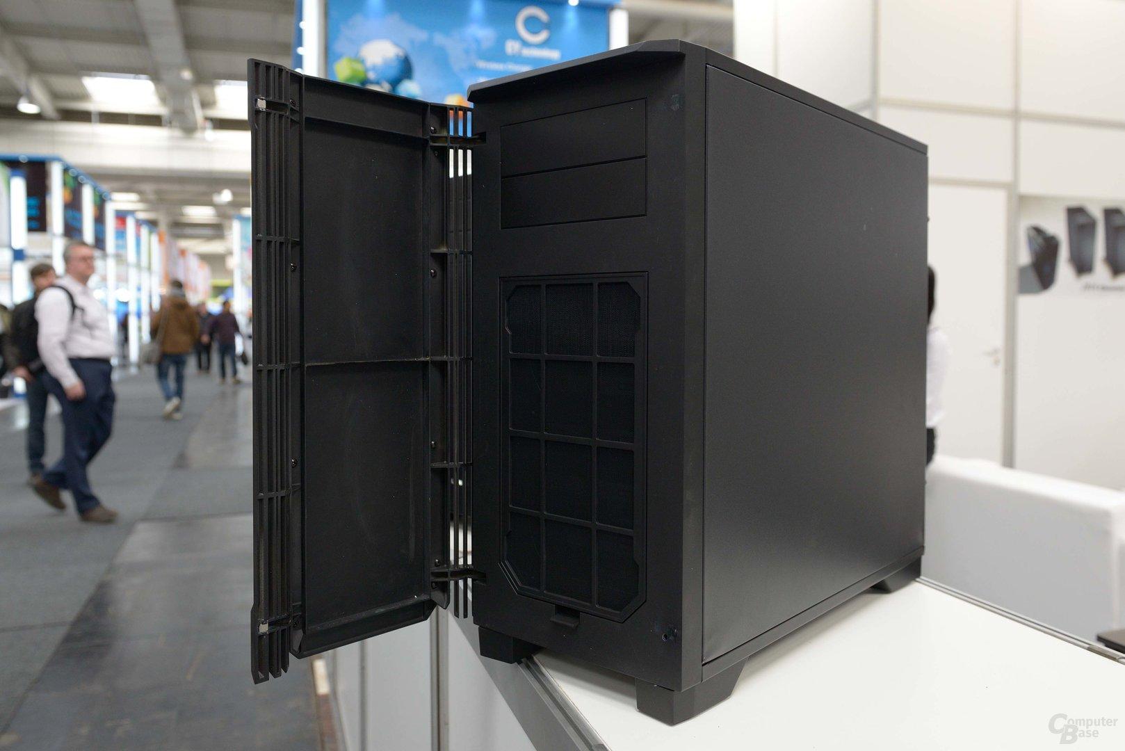 Lian Li PC-K6X – die Tür wird noch gedämmt