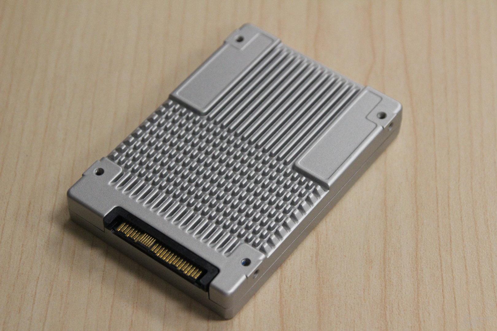Intel SSD DC D3700: U.2-Anschluss und Kühlrippen