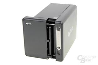 ZyXEL NAS326 – Die Festplattenrahmen verstecken sich hinter einer Abdeckung