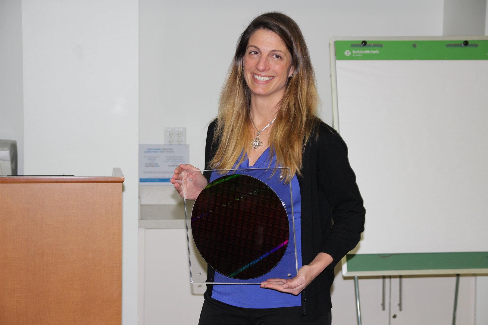 """Jennifer Huffstetler mit Wafer eines Intel Xeon E5-2600 v4 """"Broadwell-EP"""""""