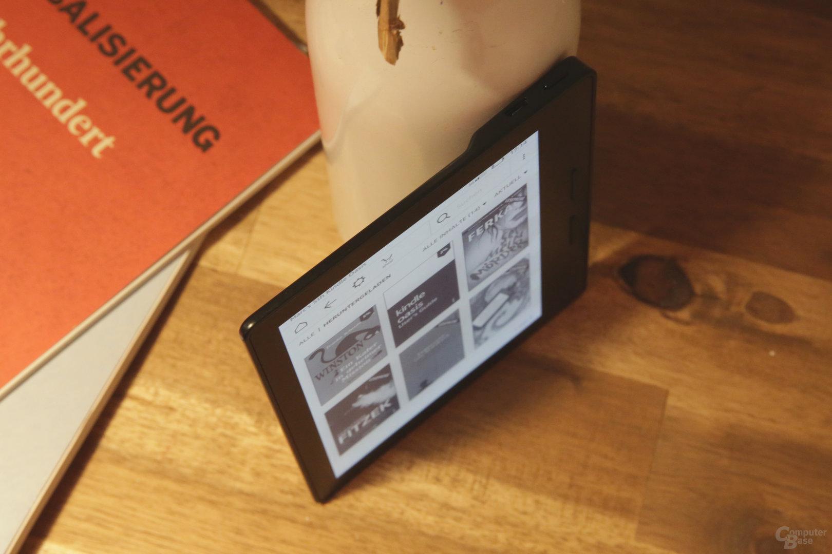 Der Kindle Oasis ist nur noch 143 × 122 × 3,4 – 8,5 Millimeter groß und wiegt 131 Gramm