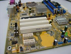 Asus P5GD1 mit zwei PCI Express x1 Steckplätzen
