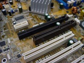 Asus P5VD1 mit AGP und PCI Express x16 Steckplätzen