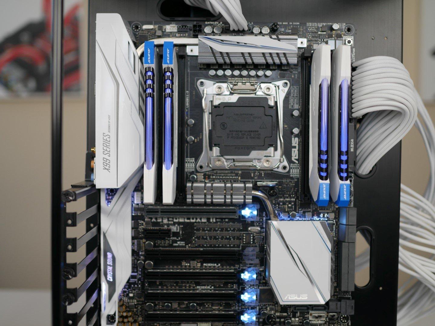 Asus X99-Deluxe II mit leuchtenden DDR4-Modulen von Avexir