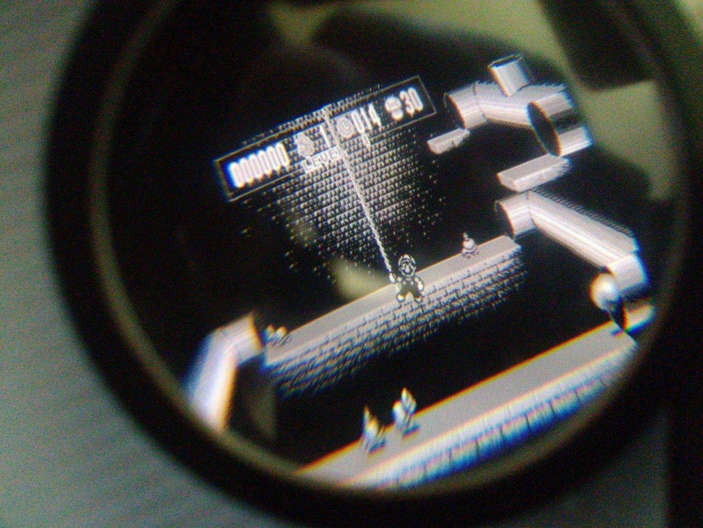 Blick durch die Gear-VR-Linse auf die Virtual-Boy-Emulation in Graustufen auf dem Smartphone (Stereoskopie)