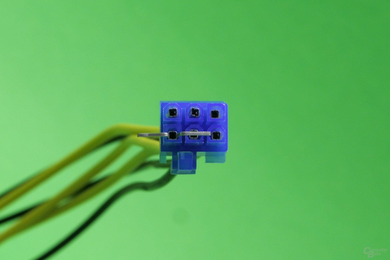 Pin-Entfernung: Tackerklammern werden zwischen Pin und Stecker eingeführt