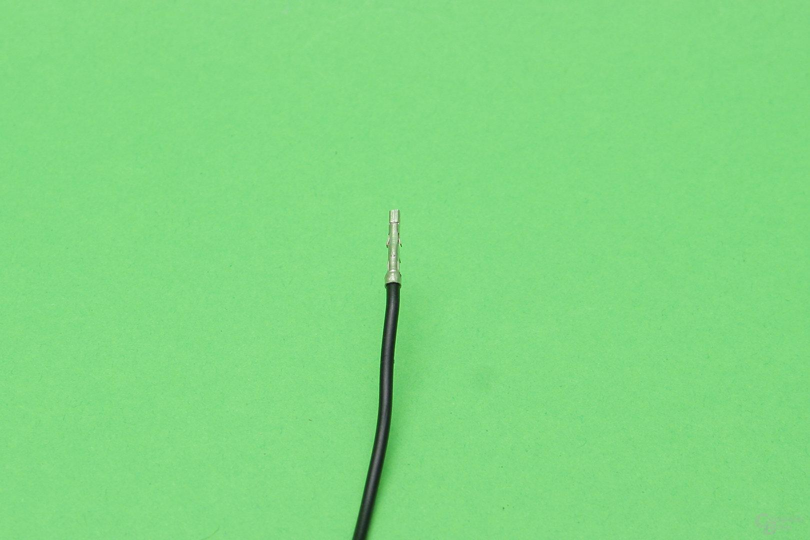 Nahaufnahme: Pin mit seitlichen Haltenasen