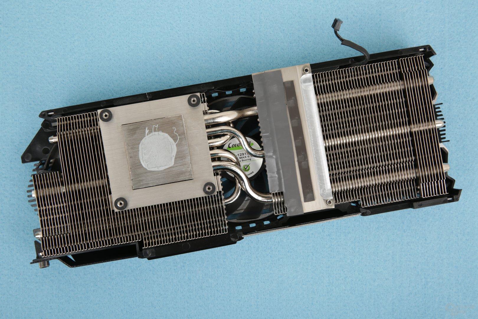 Der Kühler setzt auf fünf Heatpipes und zwei Wärmetauscher aus Alu