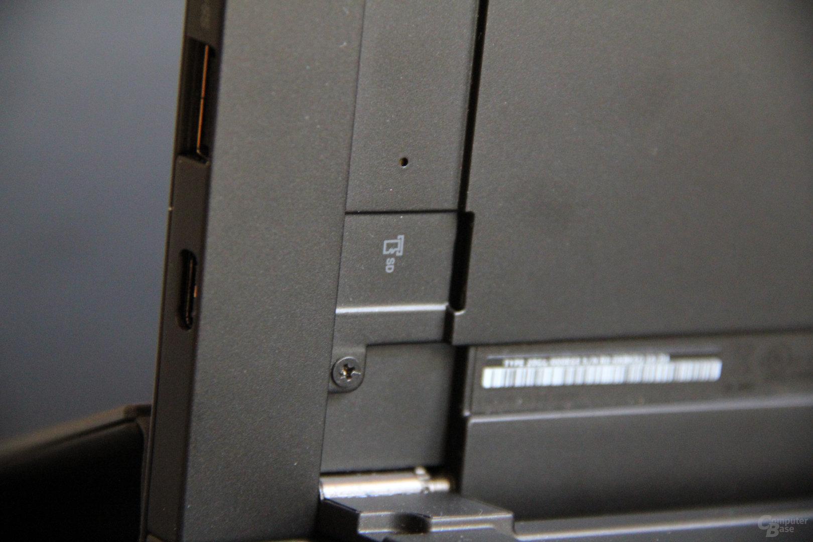 MicroSD-Einschub hinter dem Standfuß