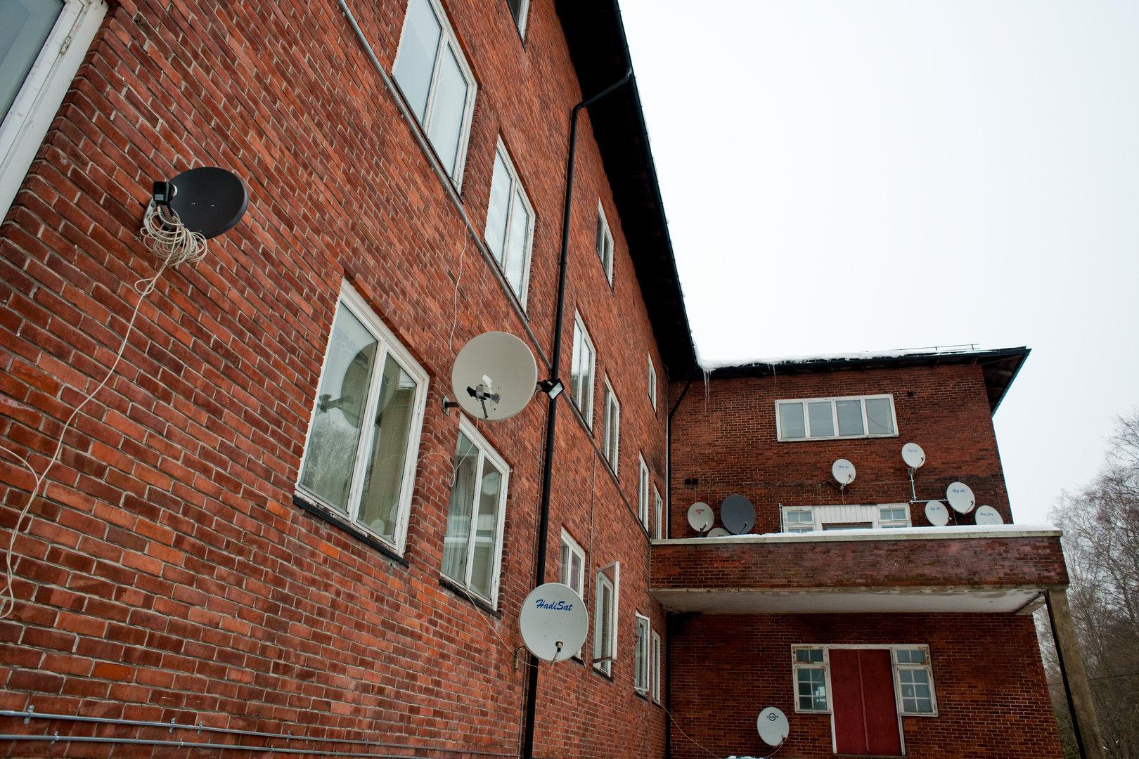 Satellitenschüsseln am Haus