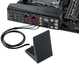 I/O-Blende mit angeschlossener WLAN-Antenne