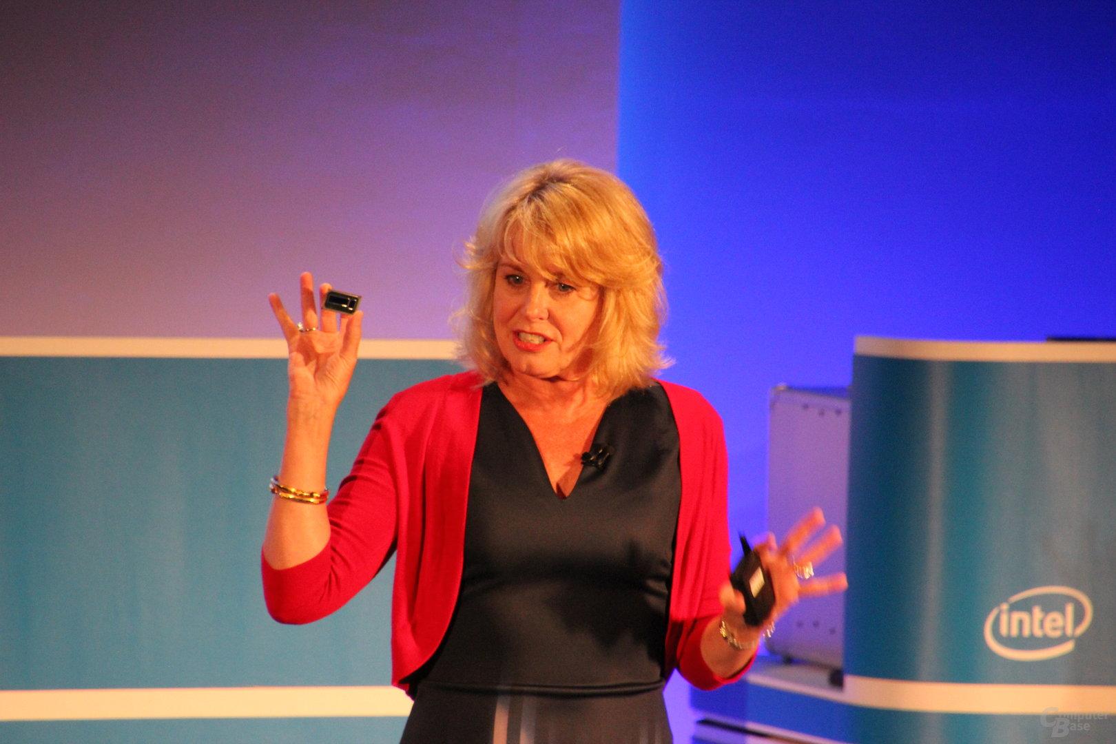 Diane Bryant zeigt Intel Xeon E3-1500 v5