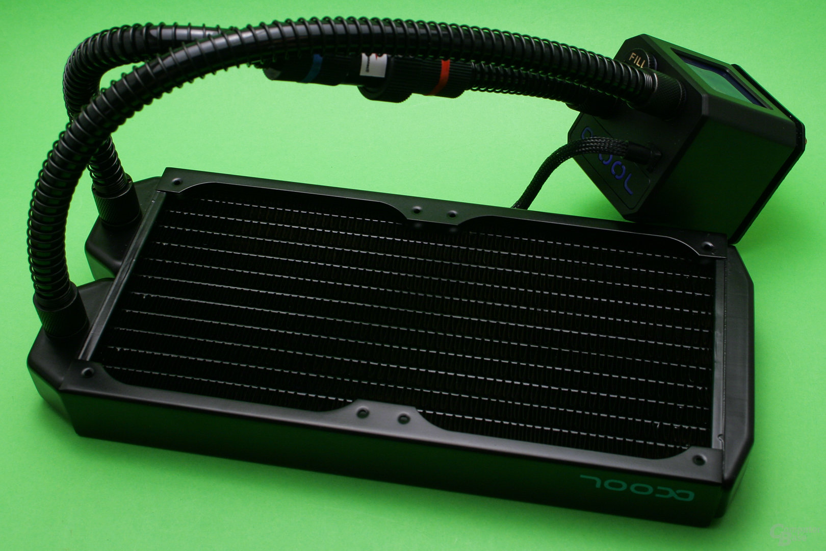 Alphacool Eisbaer: Radiator und Pumpe werden mit 11/8-Schläuchen verbunden