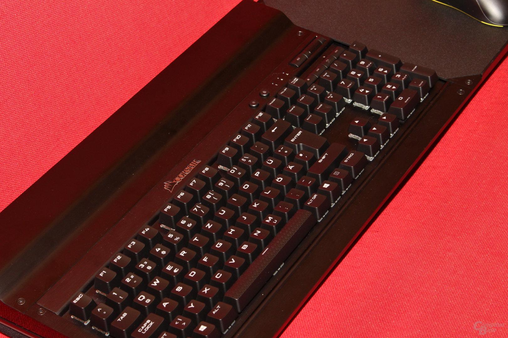 Die Tastatur sitzt absolut fest und bewegt sich kein Stück