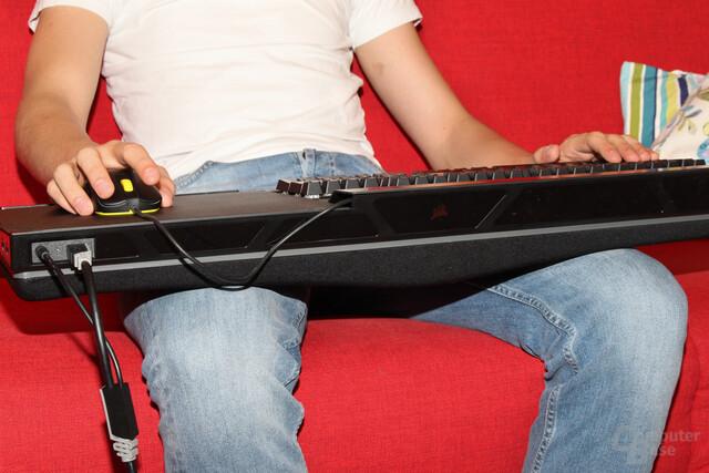 Durch die Form des Schaumstoffs wird breitbeiniges Sitzen nahegelegt