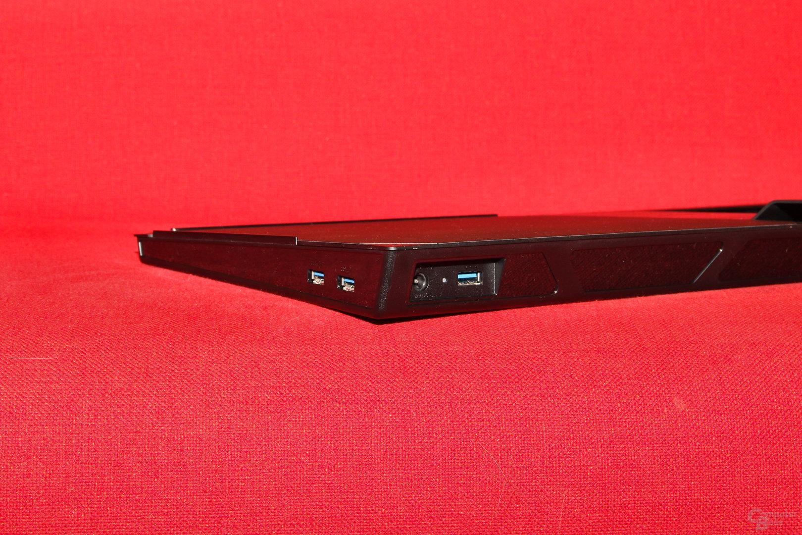 USB-Hub am Mauspad und Anschlüsse für das Datenkabel