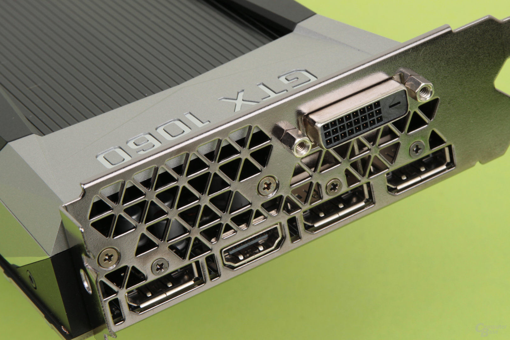 DVI-D, 3 × DisplayPort 1.4 und HDMI 2.0b