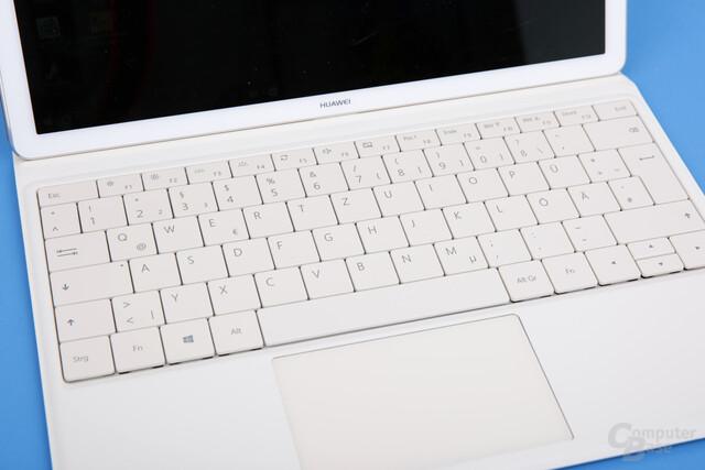 Tastatur mit gutem Layout und großem Trackpad