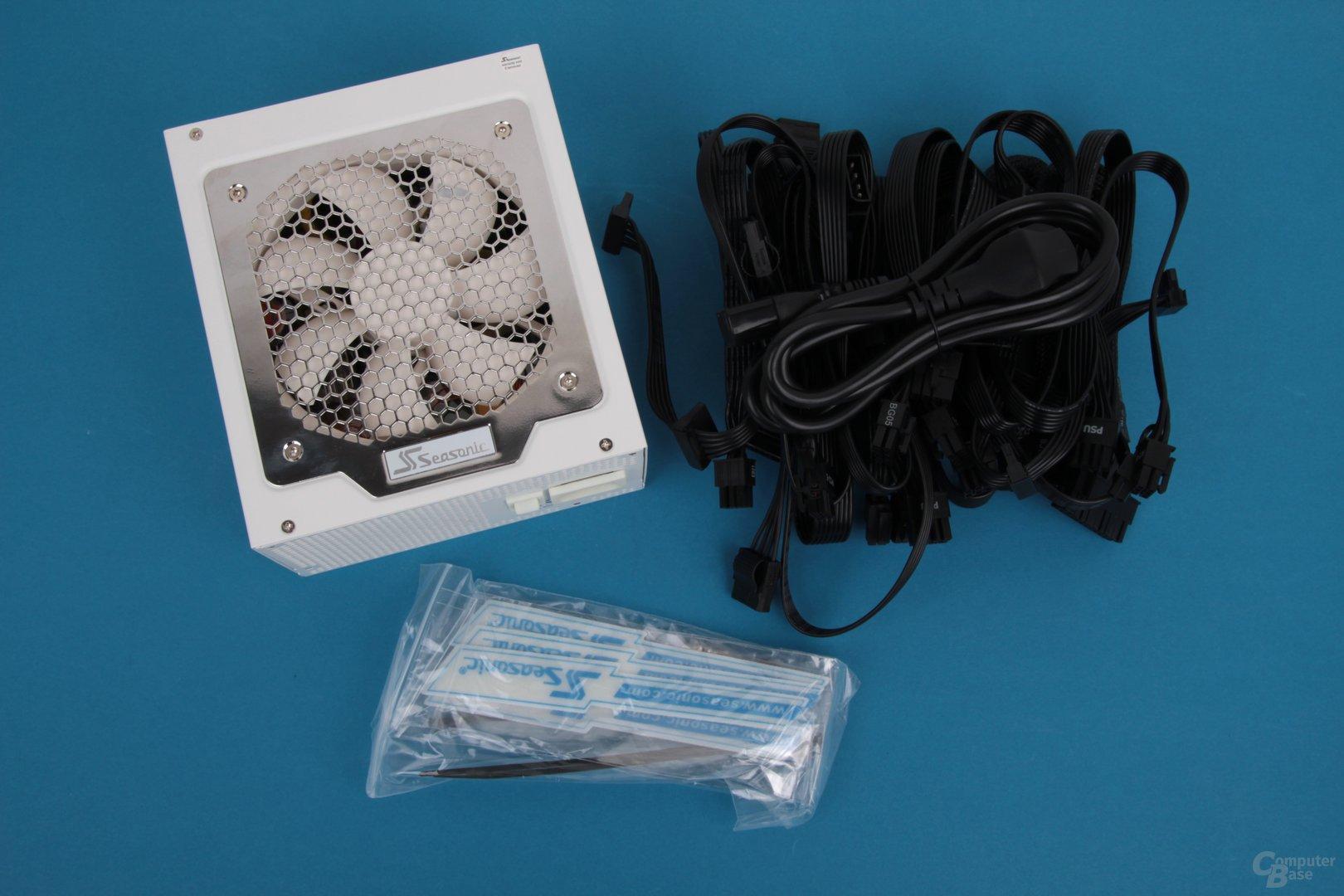 Der Lieferumfang mit vielen modularen Kabeln