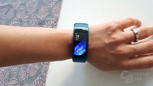 Samsung Gear Fit2 – überdimensioniert am weiblichen Handgelenk
