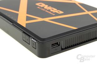 QNAP TBS-453A – ein USB-2.0-Port findet sich an der Seite