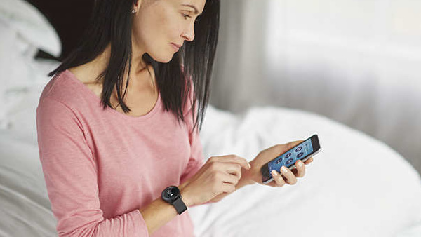 Philips Health Watch: Monochrome Smartwatch mit Touch-Lünette