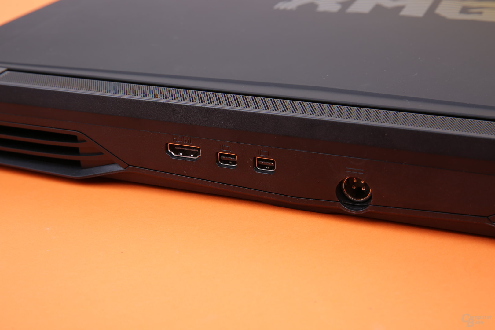 Zwei Mal Mini-DisplayPort, HDMI und Strom hinten