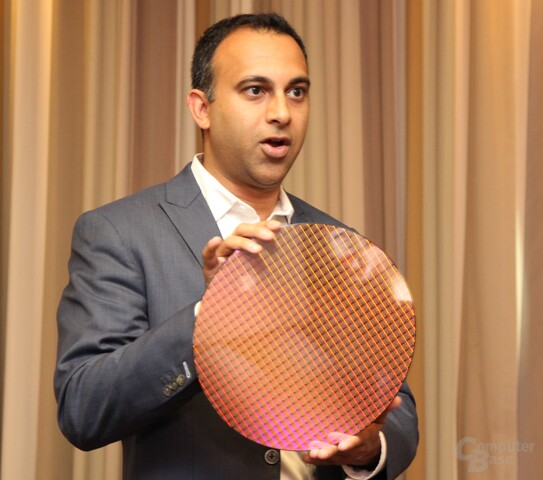 Navin Shenoy, Chef von Intels CCG, mit Kaby-Lake-Wafer
