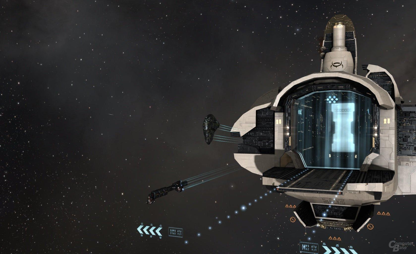 Vexor Navy Issue beim Undock, daneben ein in den Warp eintretender Occator