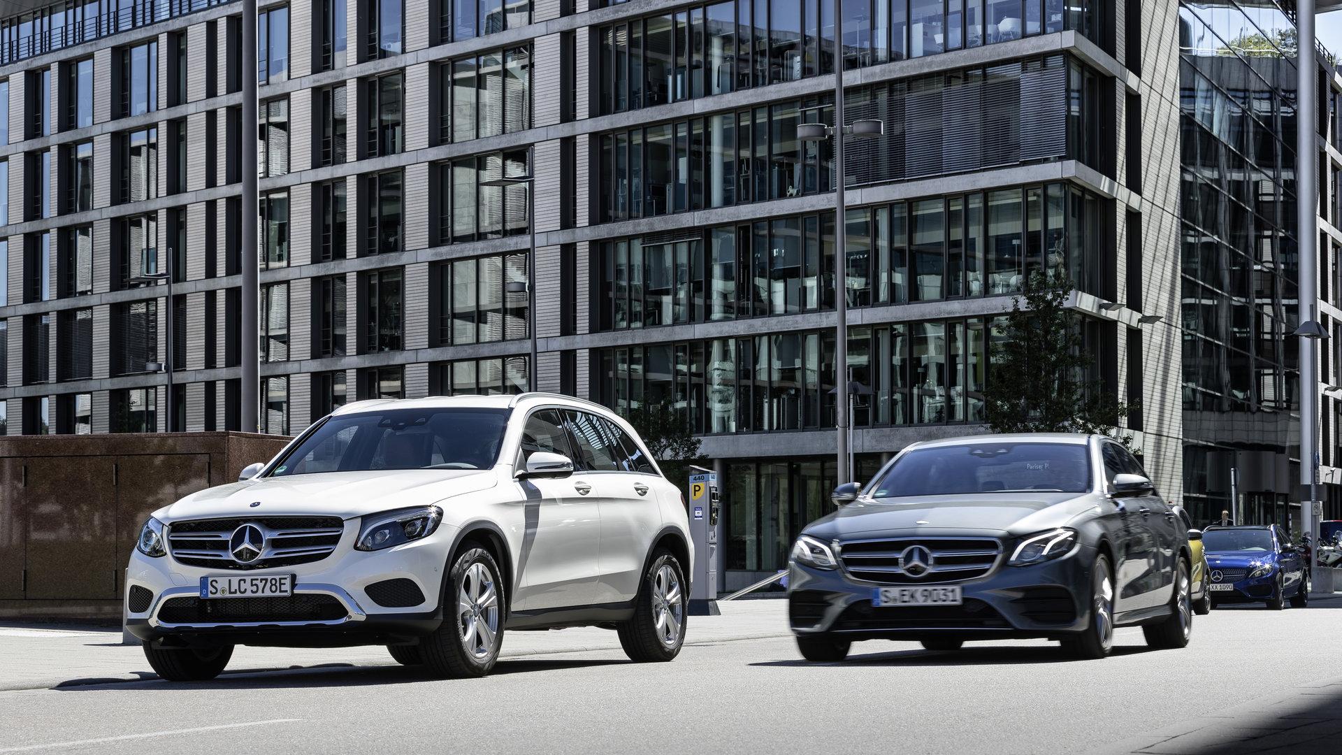 Autos finden freie Parkplätze für Autos