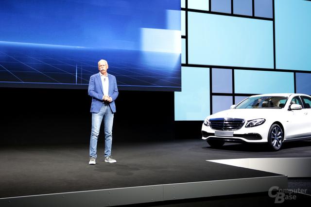 Dr. Dieter Zetsche mit neuer E-Klasse im Hintergrund