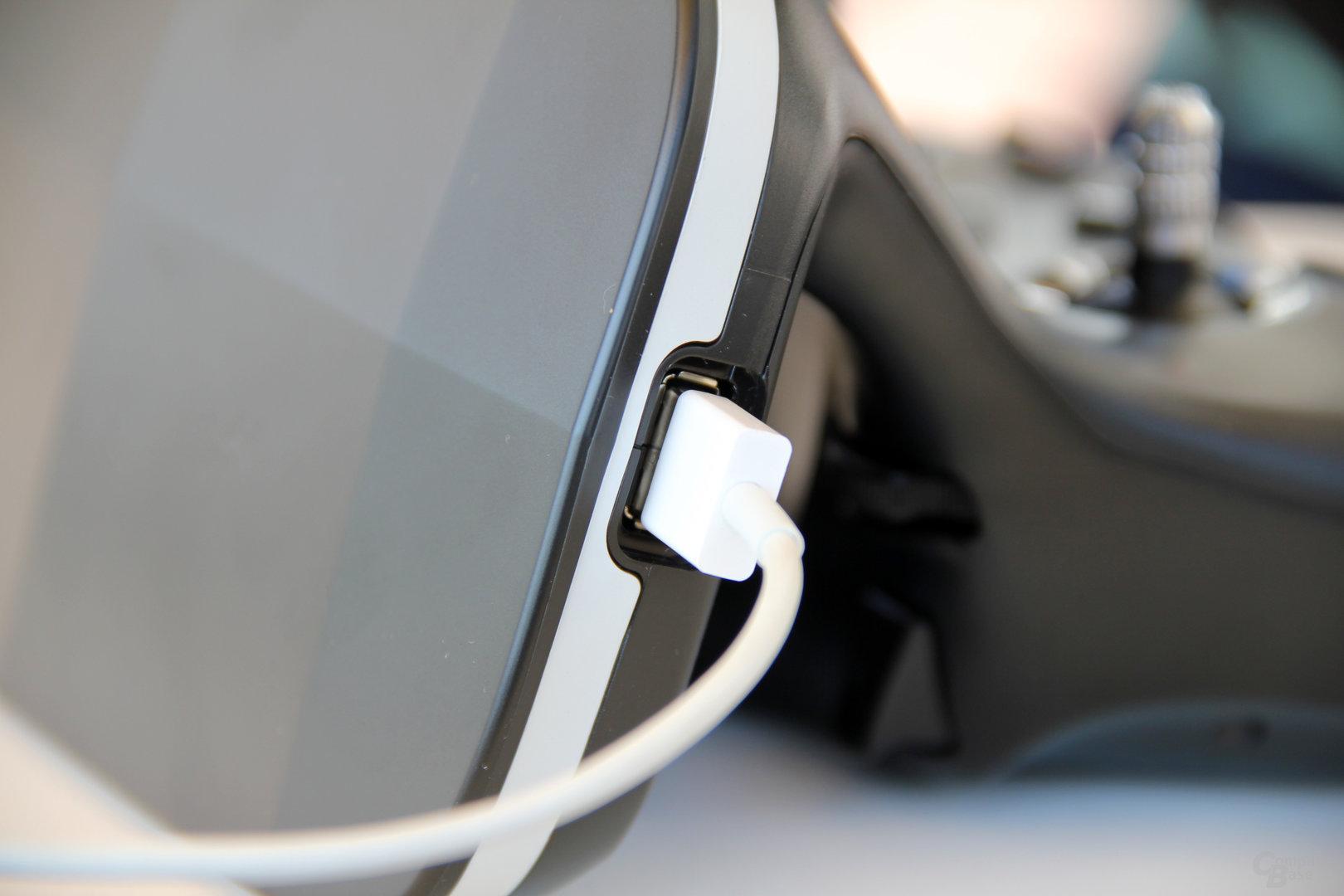 Das Smartphone wird über USB angeschlossen