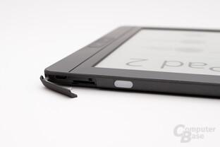 Die gummierte Lasche schützt den USB-Anschluss sowie Kartenslot beim InkPad 2