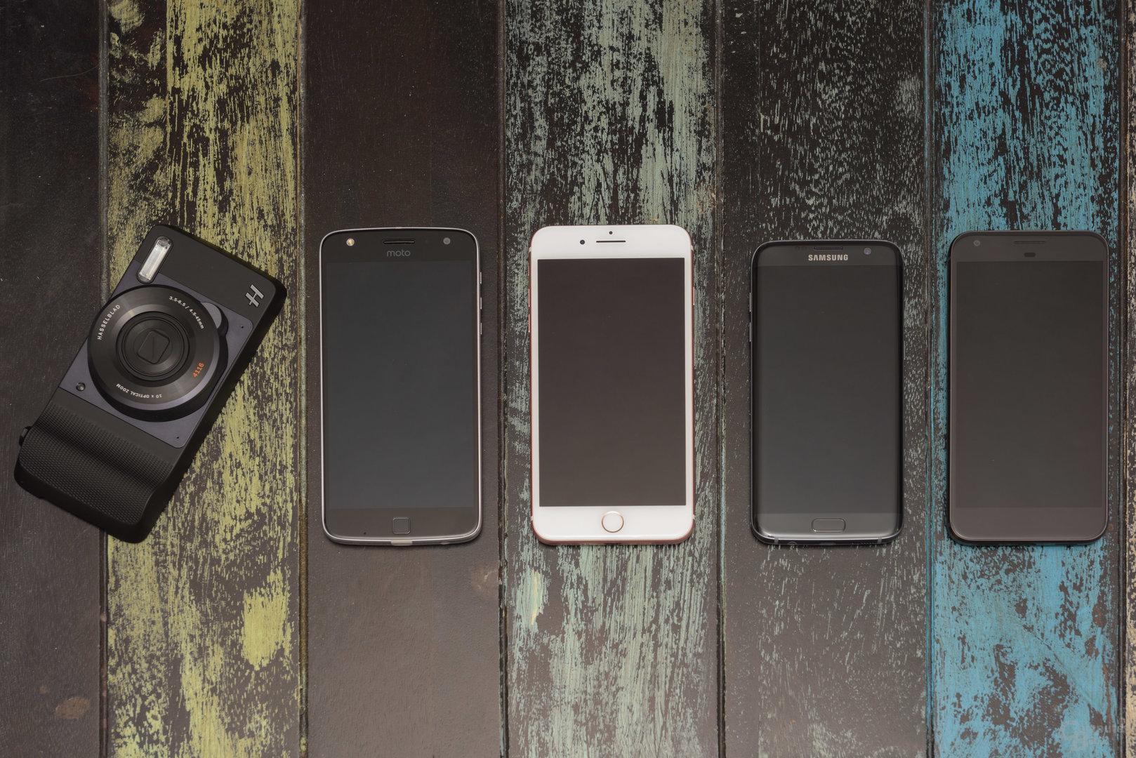 Google Pixel XL, iPhone 7 Plus, Samsung Galaxy S7 Edge, Lenovo Moto Z Play und Hasselblad True Zoom nebeneinander