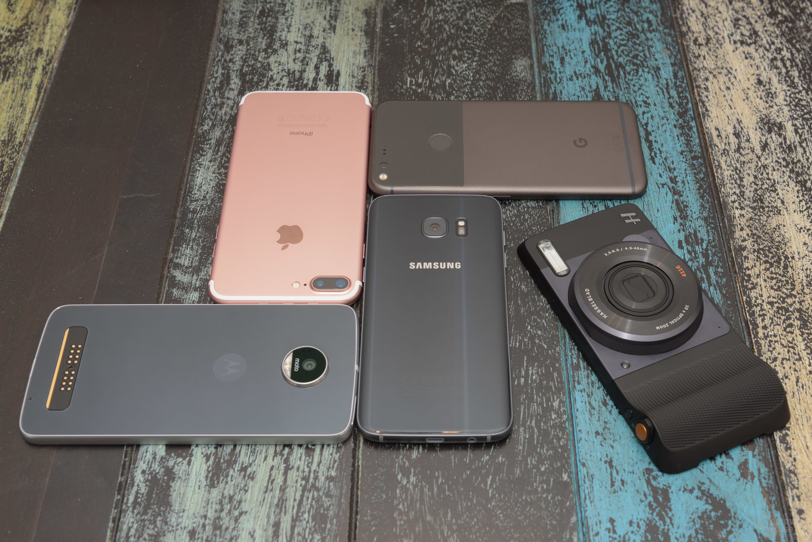 Google Pixel XL, iPhone 7 Plus, Samsung Galaxy S7 Edge, Lenovo Moto Z Play und Hasselblad True Zoom nebeneinander
