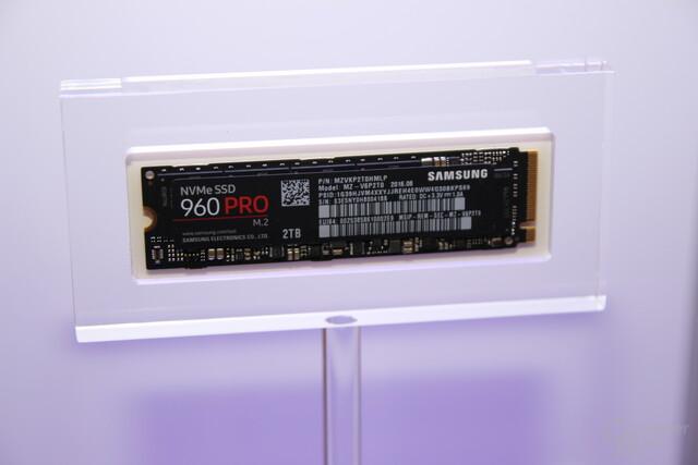 960 Pro: 4 NAND-Chips und Controller + DRAM in einem Package