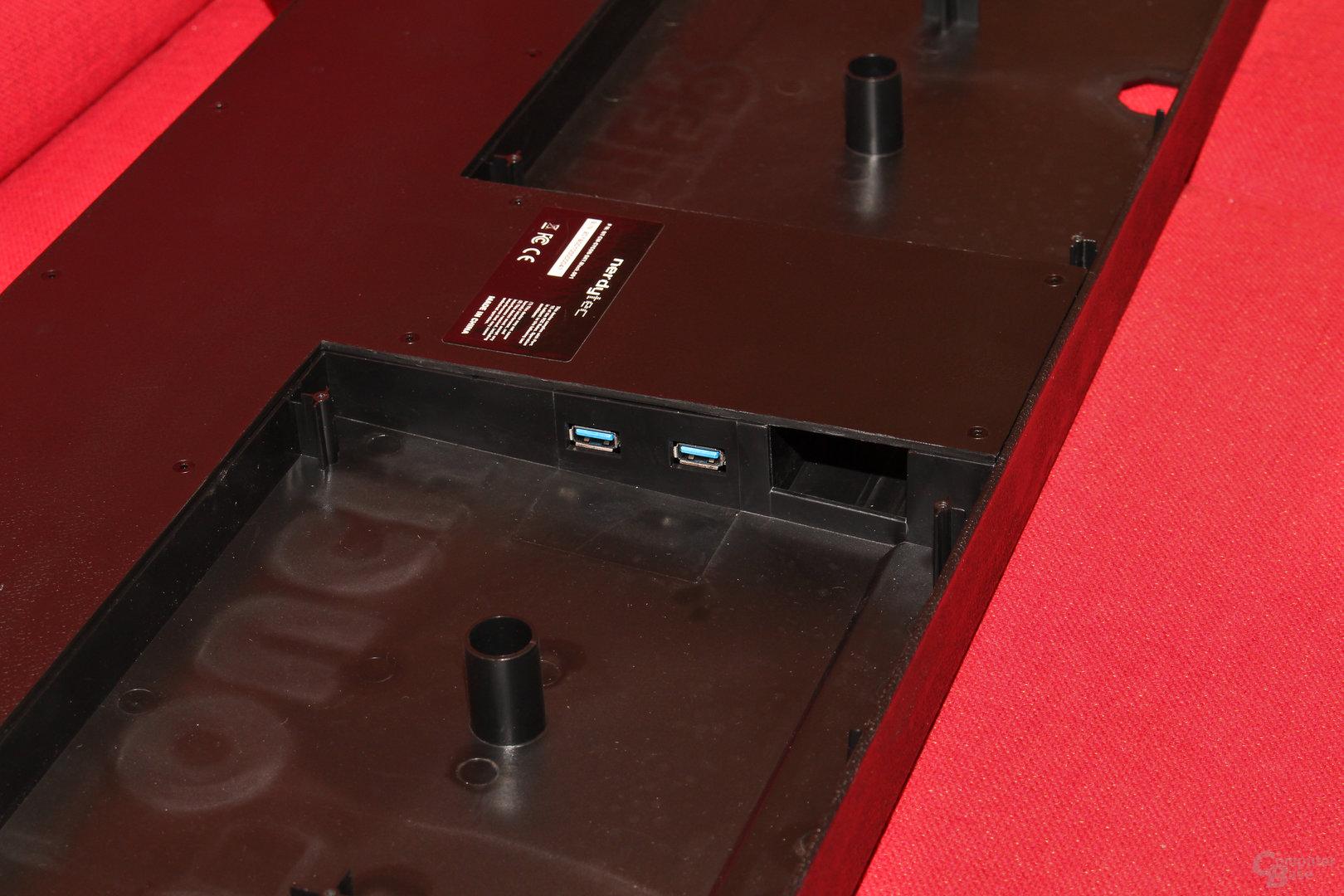 Gegenüberliegend befinden sich zwei weitere USB-Ports